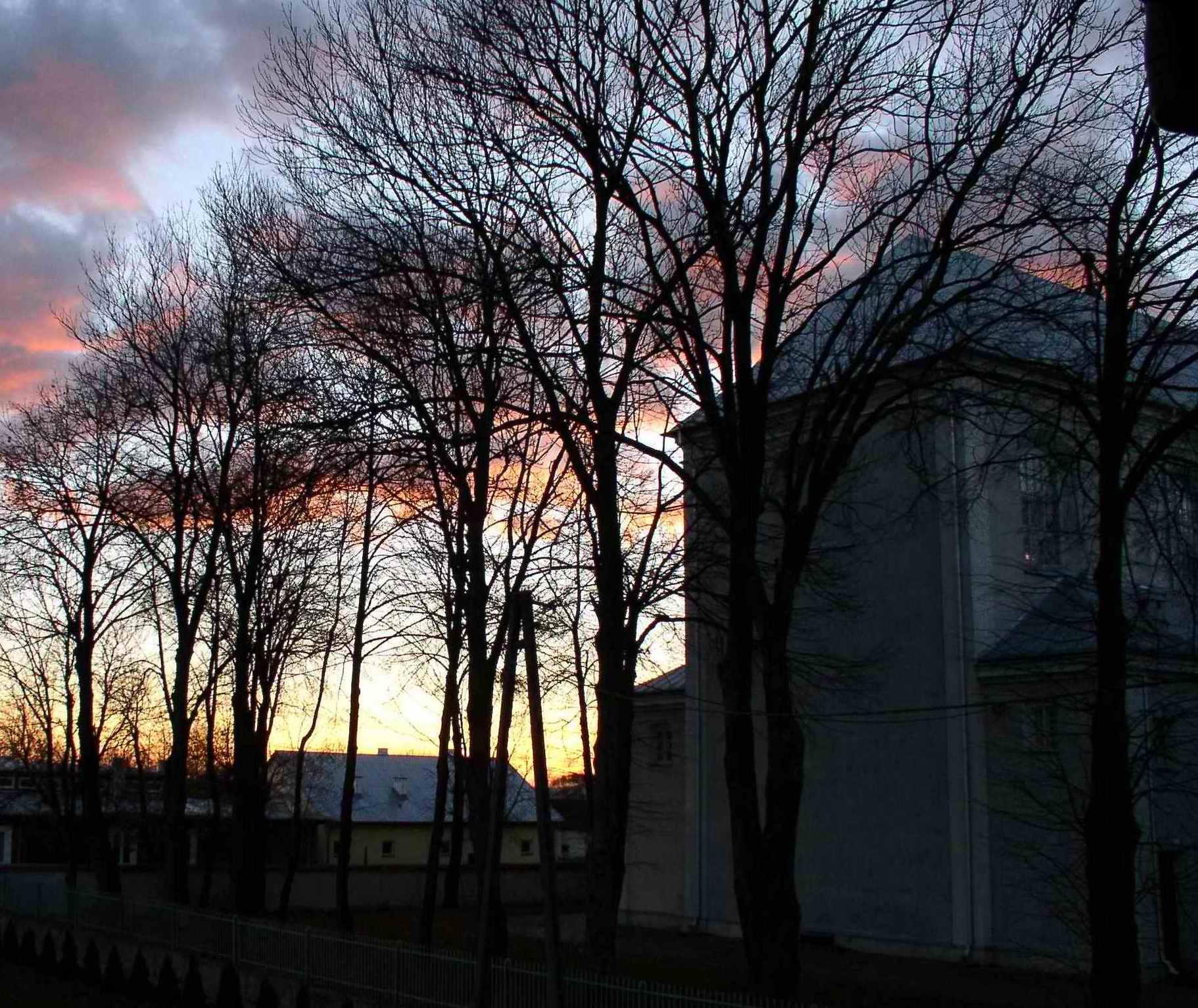 Kościól prafialny spowity zachodem słońca